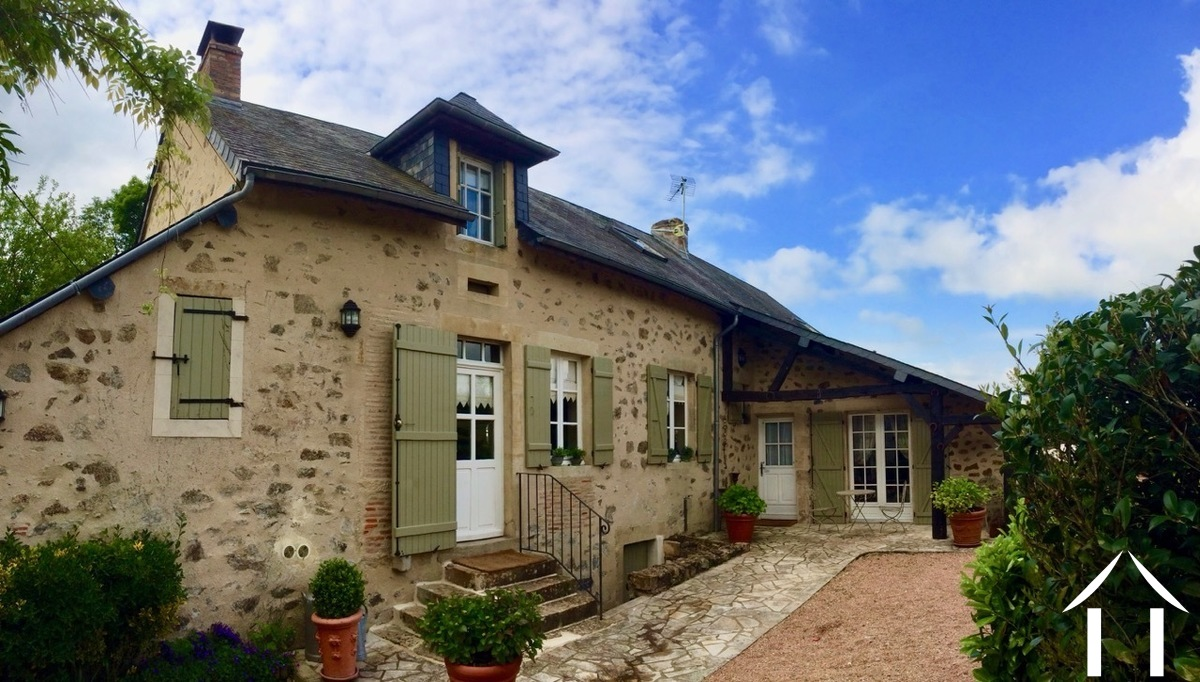 Character house with 5 bedrooms, great views of Morvan